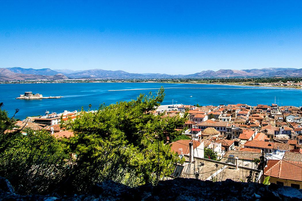 nafplio city panorama argolis akronauplia burtzi peloponnes greece Blick über die Altstadt von Naplio von der Festung Akronauplia auf die weite Bucht von Argos. Auf der kleinen Insel vor der Hafeneinfahrt liegt die berühmte Bourtzi-Festung.
