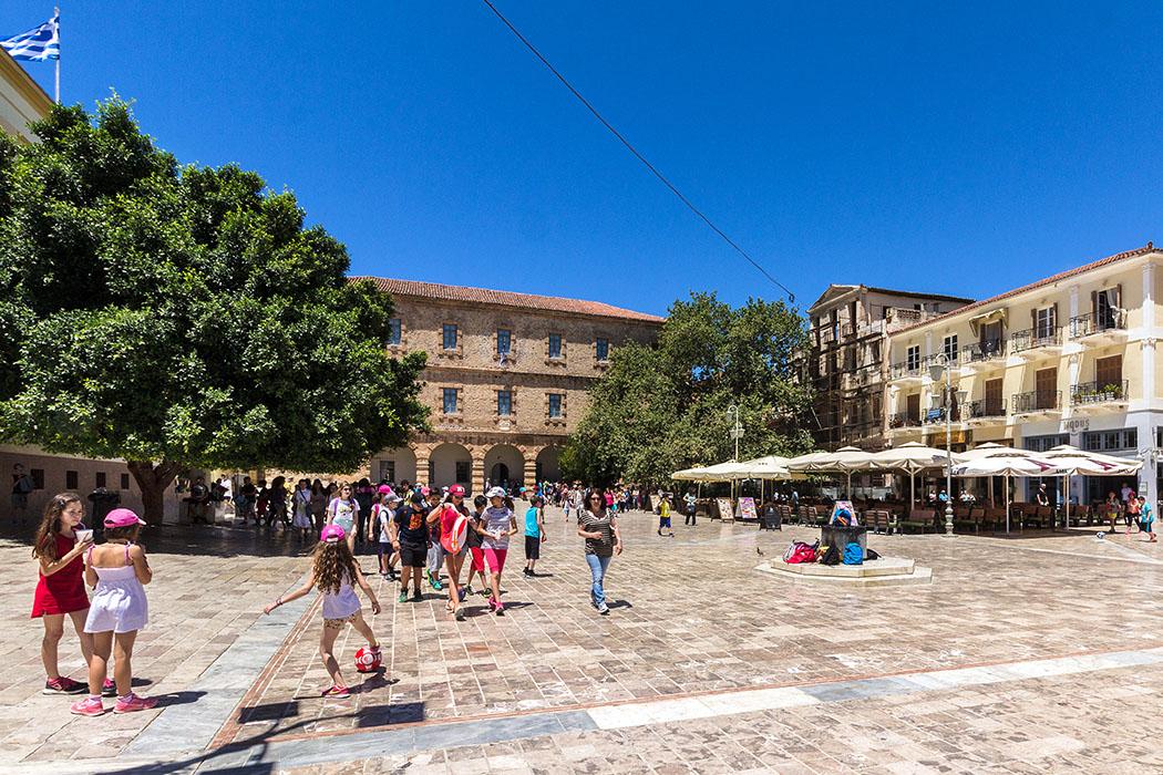 nafplio city syntagma place argolis akronauplia burtzi peloponnes greece Zentrum der Altstadt von Nafplio ist belebte der Syntagma-Platz mit Cafes und Geschäften. Auffälligstes Gebäude ist die venezianische Kaserne von 1713, die heute das Archäologische Museum beherbergt.