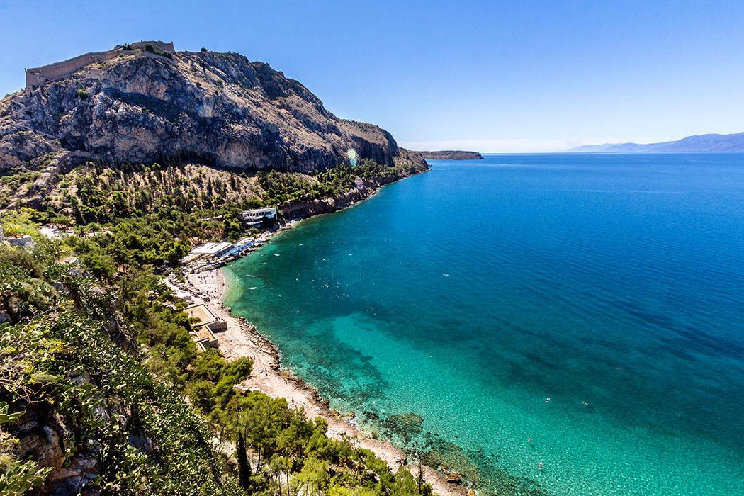 naplio arvanitia beach akronauplia argolis peloponnese greece Der Stadtstrand von Nafplio ist die Arvanitia-Bucht, sie besticht durch fantastische Ausblicke auf den Argolischen Golf und die Berge von Arkadien.