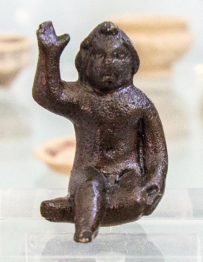 nemea archaeological museum figurine of opheltes bronze korinthia peloponnes greece Bronzefigur des Opheltes im Archäologischen Museum von Nemea. Der kleine Prinz von Nemea wurde von einer großen Schlange erwürgt.