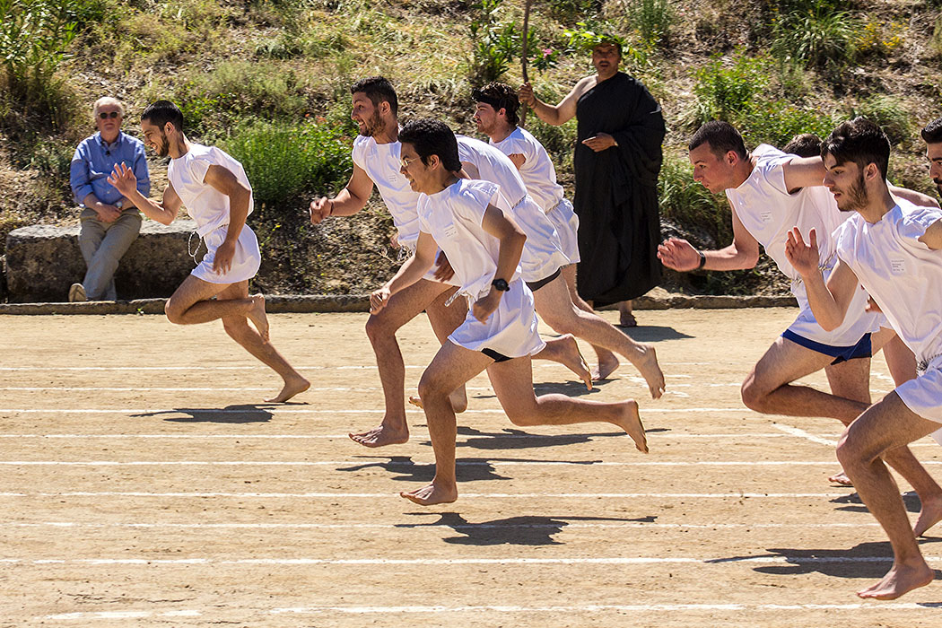 nemea nemean games 2016 ancient stadium runners men 02 korinthia peloponnes greece Voller Ergeiz und in tradtionelle Tuniken gekleidet starten die Wettkämpfer im antiken Stadion von Nemea.