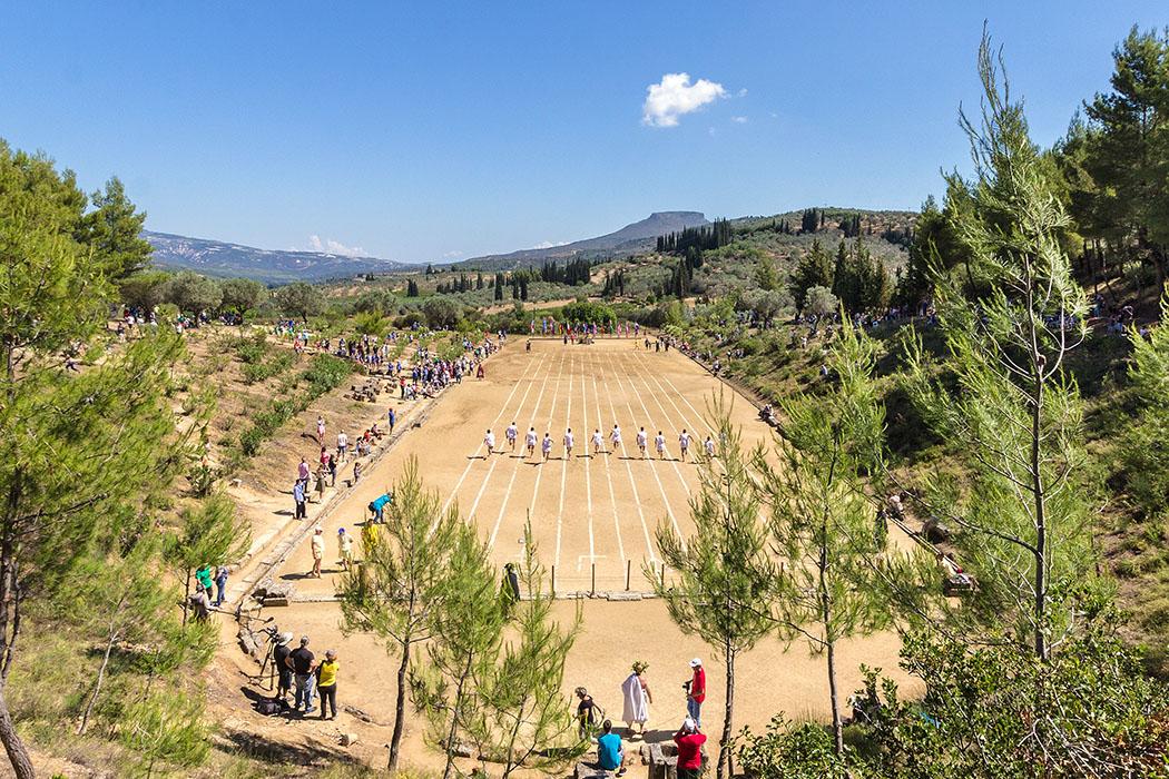nemea nemean games 2016 ancient stadium runners men korinthia peloponnes greece In Nemea wurden in der Antike Panhellenische Spiele, wie in Olympia abgehalten. Seit 1996 sind die Wettkämpfe wiederbelebt worden und finden traditionell alle vier Jahre statt.