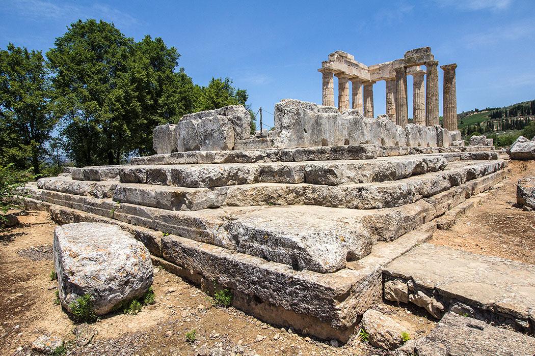 nemea sanctuary zeus korinthia peloponnes greece Die Hauptattraktion der Heiligtums von Nemea ist der dorische Zeustempel aus dem 4. Jhd. Der Tempel wird unter Verwendung der antiken Bauteile rekonstruiert und ergänzt. Von den ursprünglich zwei Säulen die noch aufrecht standen, sind zusätzlich sieben wieder aufgerichtet worden.