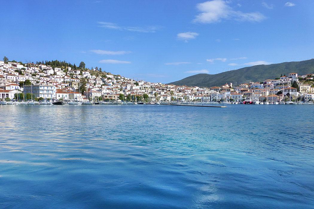 poros island saronic gulf troizen methana piraeus attica peloponnese greece Nur ein schmaler Sund trennt die Insel Poros vom Festland. Das malerische Hafenstädtchen Poros bietet eine reizvolle Kulisse für den großen Jachthafen.