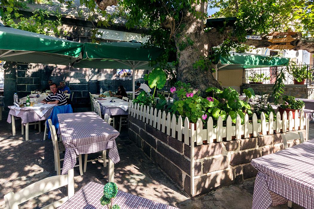 """poros island saronic taverna platanos gulf troizen methana piraeus attica peloponnese greece Die Taverne """"Platanos"""" liegt oberhalb der Hafenpromenade von Poros, inmitten der schmalen Gässchen. Eine Platane spendet angenehmen Schatten."""