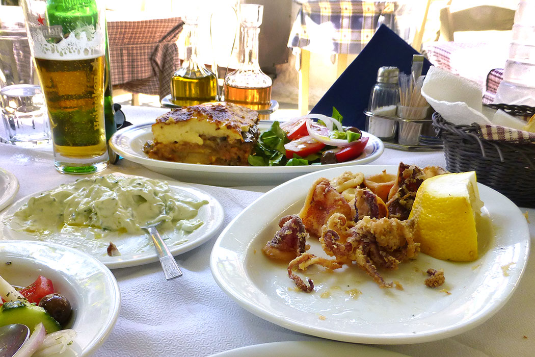 poros island saronic taverna platanos pastitsio kalamari gulf troizen methana piraeus attica peloponnese greece Griechischer Salat, Tzatziki, Pastitsio und fritierte Kalamari.