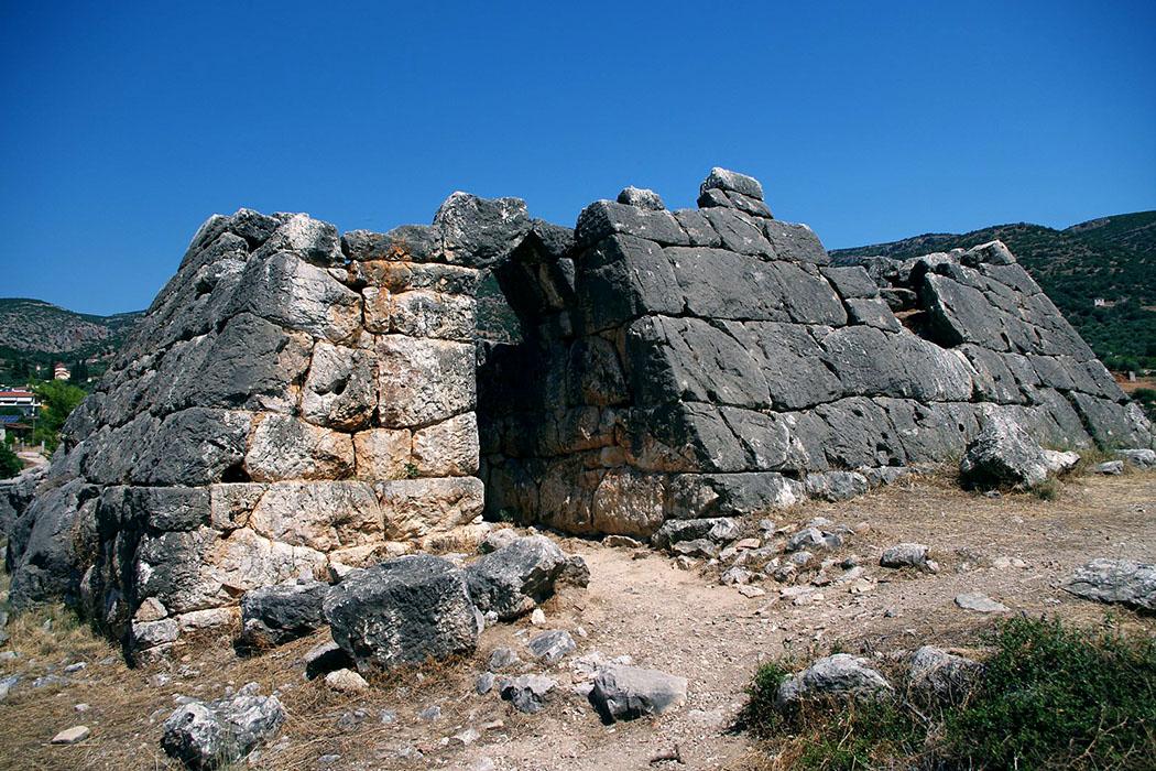 pyramid of hellinikon kefalari argos argolis peloponnes greece 01 Bei der Datierung und Funktion der Pyramide von Hellenikon ist sich die Forschung uneinig. Entweder die Anlage war ein Wachturm aus dem 4. Jdh. v. Chr. Oder sie war ein Mausoleum, stammt aus dem 28. Jdh. v. Chr. und wäre im Zeitraum der 3. Dynastie der ägyptischen Pharaonen erbaut worden.