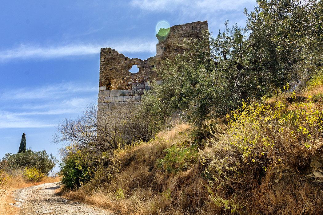 trizina troizen hellenistic tower attica peloponnes greece Der hellenistische Wachturm von Troizen ist ein markanter Orientierungspunkt in der Landschaft. Im Mittelalter wurde er mit kleinteiligem Mauerwerk erhöht.