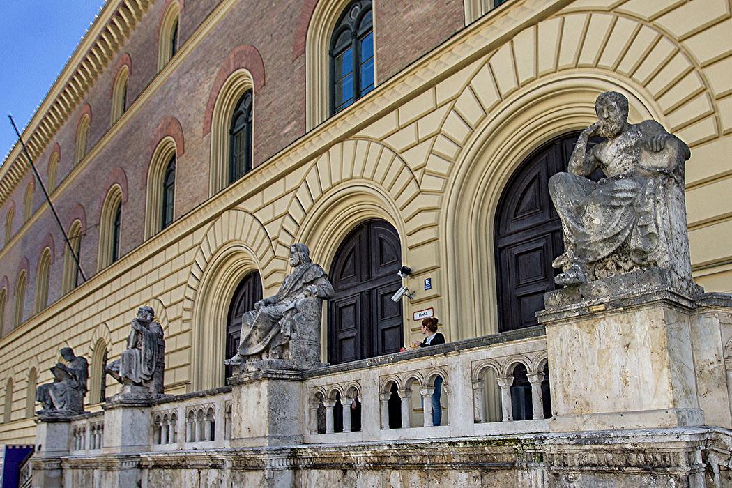 Bayerische Staatsbibliothek Muenchen munich bavaria germany Griechenland in München entdecken: Ein Kulturtrip durch das Isar-Athen