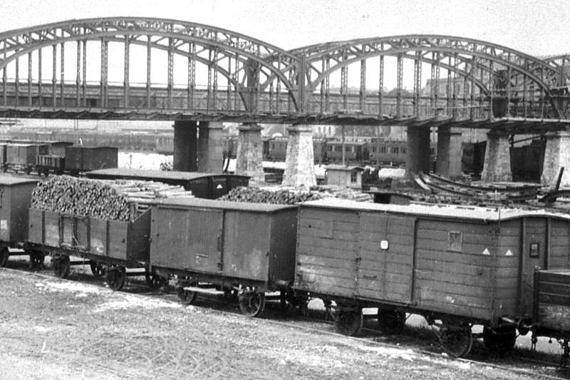 Gueterwagen BOB E1 Hackerbruecke Muenchen Gedeckte und offene Güterwagen beim Bau der Hackerbrücke in München (1890–1894). Foto: MAN Archiv