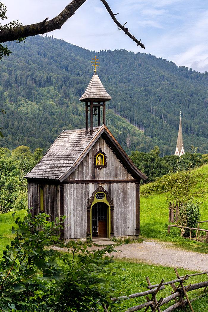 Die Heilig-Kreuz-Kapelle ist ein Neubau des Markus Wasmeier Freilichtmuseums, ihre Weihe war im Jahr 2015.