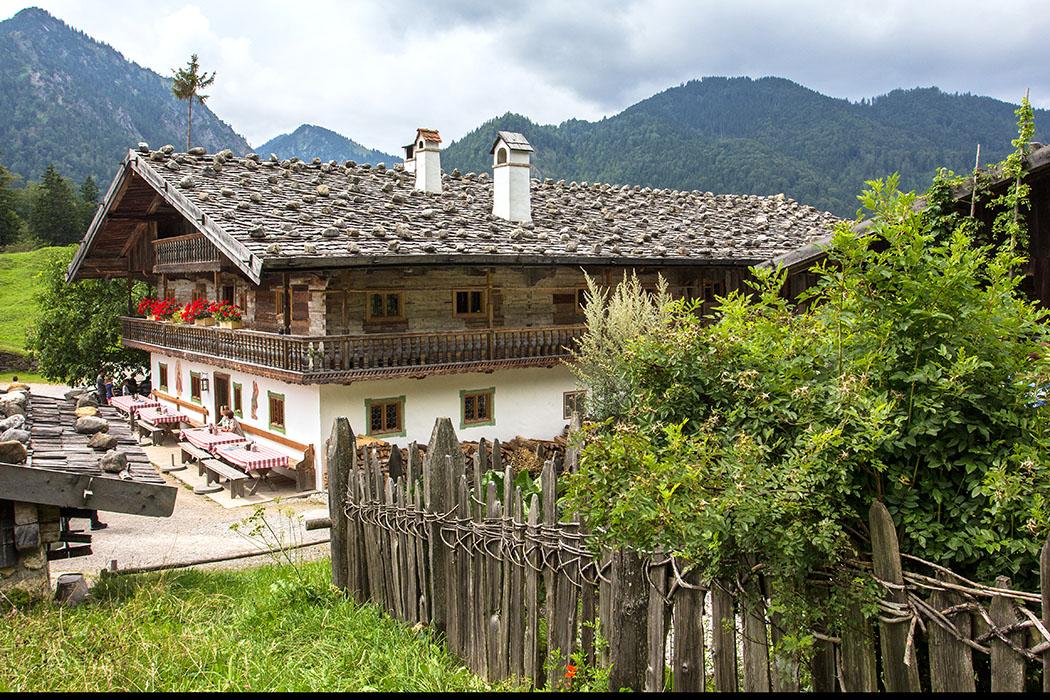 """Dss Wirthaus """"Wofen"""" ist ein Großbauernhof aus dem Zeitraum um 1734, einst war das Gebäude Gefängnis, Wirtshaus und Schmiede."""