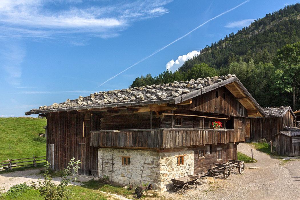 Der Behamhof ist ein Bauernhof aus Agatharied, sein Erhaltungszustand entspricht der Zeit um 1665.