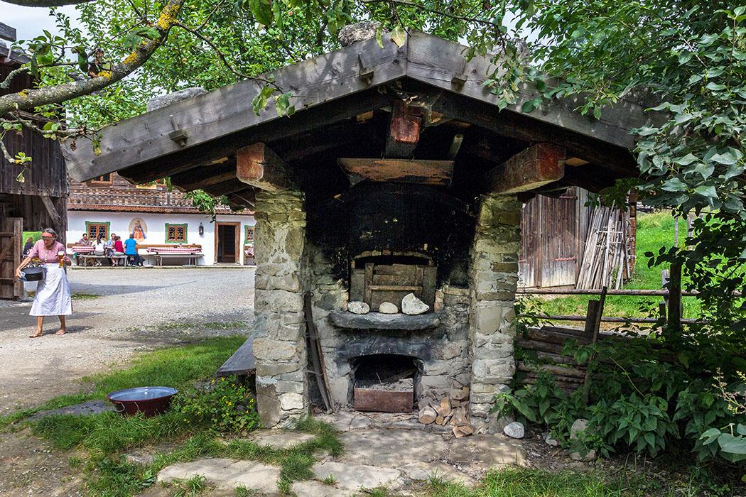 Ums Eck vom Riederhof steht der Brotbackofen. Im Hintergrund ist schon das Wirtshaus Wofen zu sehen.