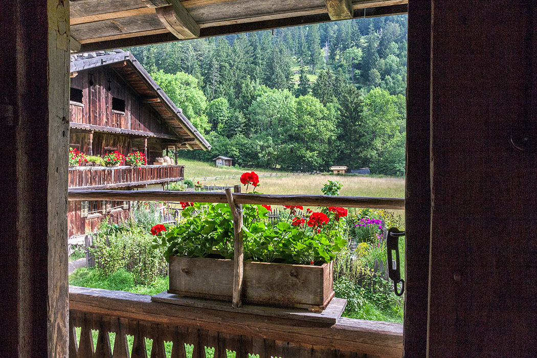 Vom Balkon im Handwerkerhaus sehen wird schon den Nachbarn: Den Lukashof.