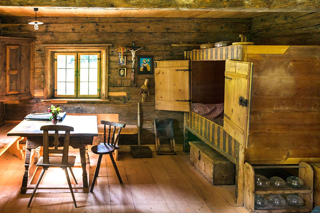 Beim Besuch im Handwerkerhaus können wir auch in die Stube mit Kastenbett hineinschauern.