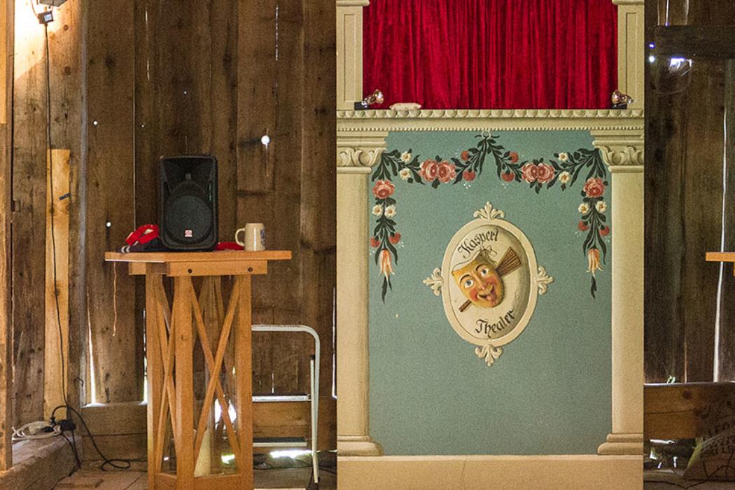 Das Kasperltheater im Museum ist bei allen beliebt. Kasperl, Großmutter und Krokodil treten regelmäßig im Museumsdorf auf.