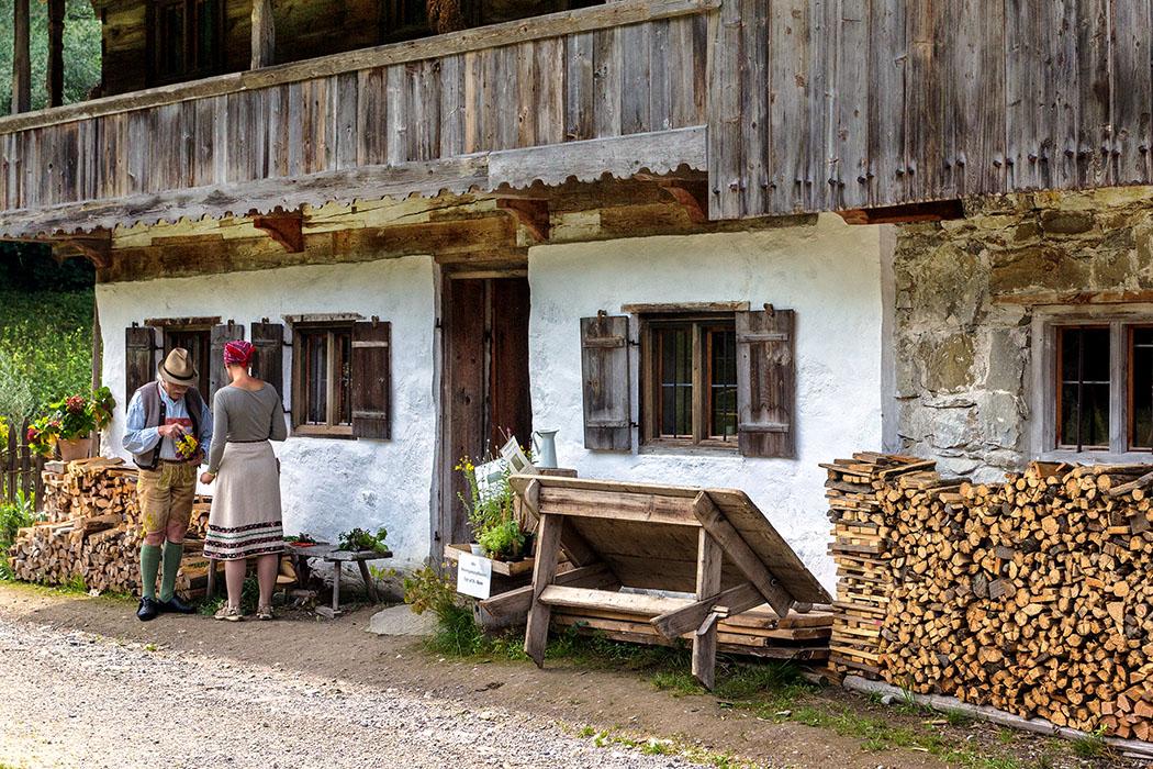 Vor der Haustür in den Lukashof stehen Günther Wasmeier und eine Mitarbeiterin.