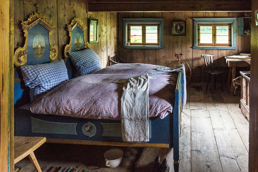 Das Schlafzimmer des Bauern und seiner Frau, sogar der Nachttopf unterm Bett fehlt nicht.