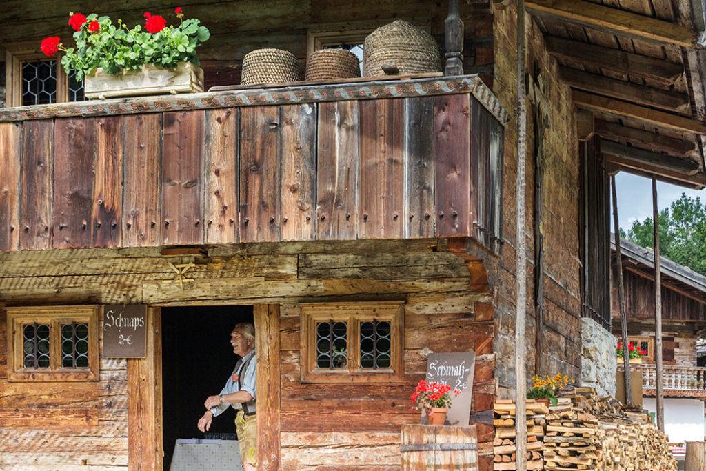 Aus der Küche des Riederhofs steigt der verführerische Duft von Schmalznudeln. Im Eingang wartet Günther Wasmeier auf Gäste die ein Schnapserl möchten.