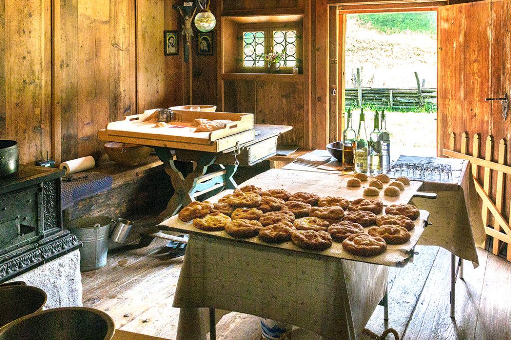 Blick in die Küche vom Riederhof mit fertig ausgebackenen Schmalznudln.