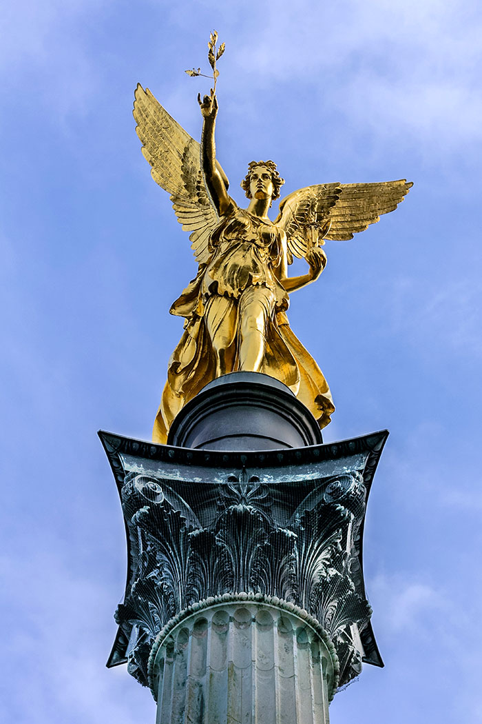 friedensengel friedensdenkmal angel of peace munich bavaria germany muenchen Der sechs Meter hohe Siegelengel hält in der Rechten Hand einen Ölzweig als Sinnbild für Frieden und in der Linken das Palladion, ein Abbild der Göttin Athene, die für Kampf und Weisheit steht.