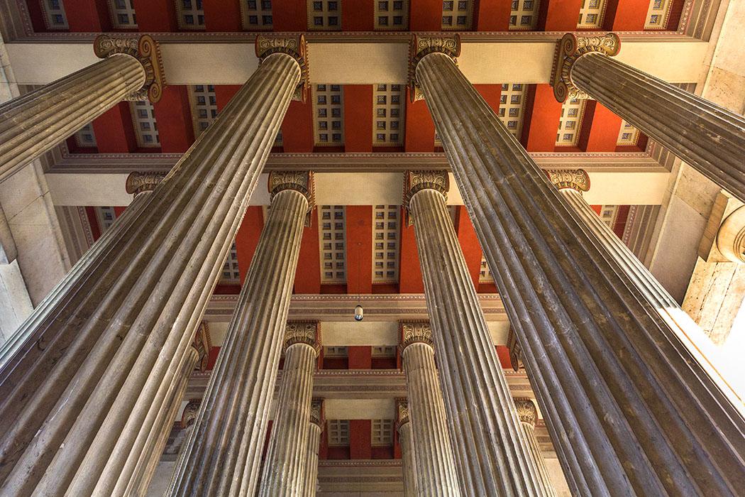 propylaen koenigsplatz muenchen munich bavaria germany Im Konzept des Architekten Leo von Klenze bildeten die dorischen Säulen des Propyläen den Schlussstein zwischen der Glyptothek mit ihren ionischen, und der Antikensammlung mit ihren korinthischen Säulen.