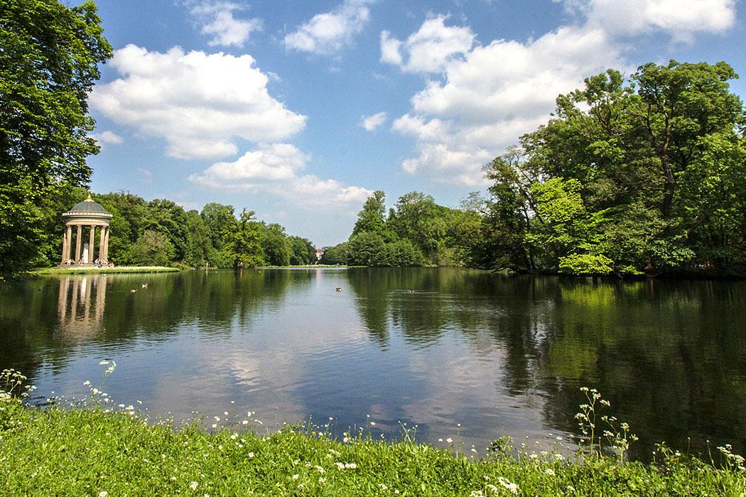 schloss nymphenburg monopteros apollotempel muenchen munich bavaria germany Münchner Idylle: Der Badenburger See mit dem Monopteros des Apollotempels ist einer der schönsten Plätze im Schlosspark Nymphenburg.