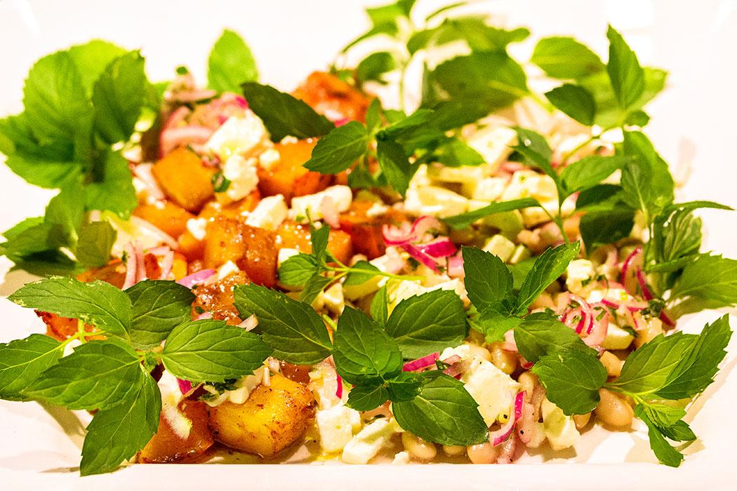 Raffininierter Salat! Kürbis gebacken mit weißen Bohnen, Feta und Minze