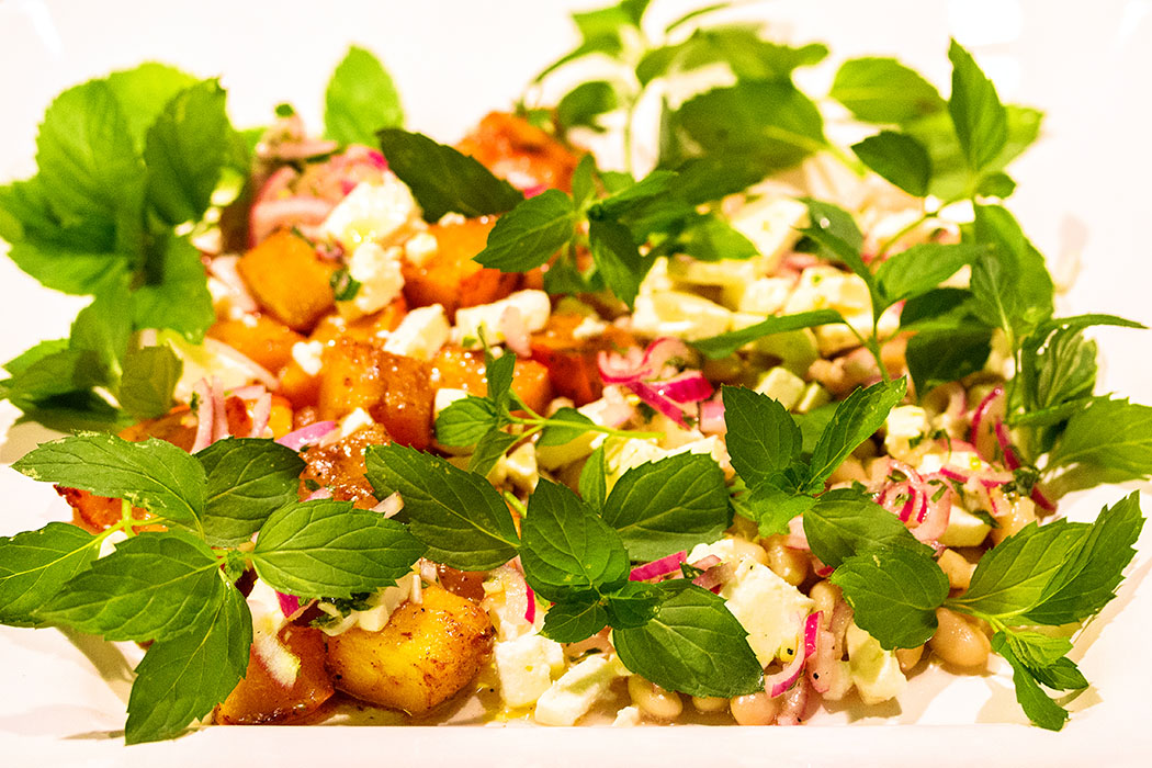 kürbis gebacken - Für unsere spätsommerliche Rezept-Idee vereinen sich marinierter, gebackener Kürbis mit weißen Bohnen, Feta und Minze zu einem wunderbaren Salat.