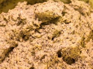 Für die Topfen-Mohn-Knödel Butter mit Zitronenschale und etwas Salz cremig rühren. Topfen oder Quark einrühren und Ei, Mohn, Grieß nacheinander mit dem Schneebesen untermischen.
