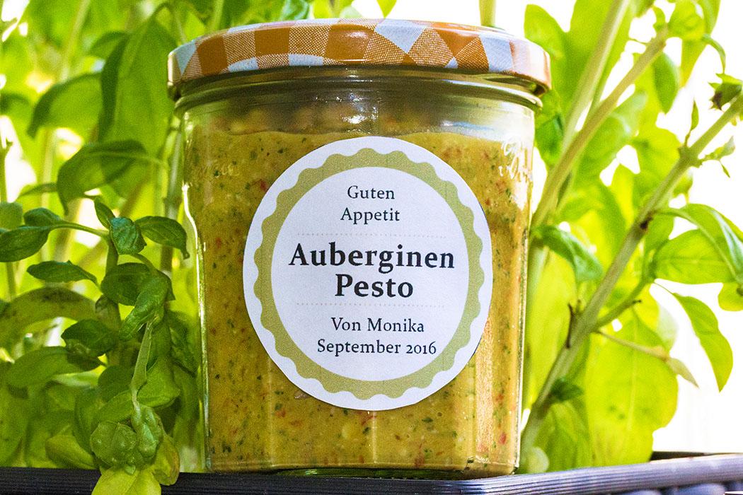 auberginenpesto-geschenk-glas-aufkleber-deko-titel Das Auberginen-Paprika-Pesto steht bereit zum Verschenken. Durch das Backen im Ofen bekommt das Gemüse einen angenehm mild-süßlichen Geschmack. Die Auberginen sorgen für die hübsche zart-gelbe Farbe, Kräuter sorgen für Grün, die Paprika für die roten Farbtupfer.