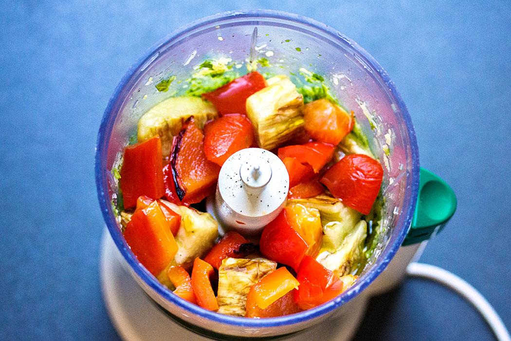 Sie sieht das ungemixte Auberginen-Paparika-Pesto aus. Durch das Backen im Ofen wird das Gemüse süßlich im Geschmack.