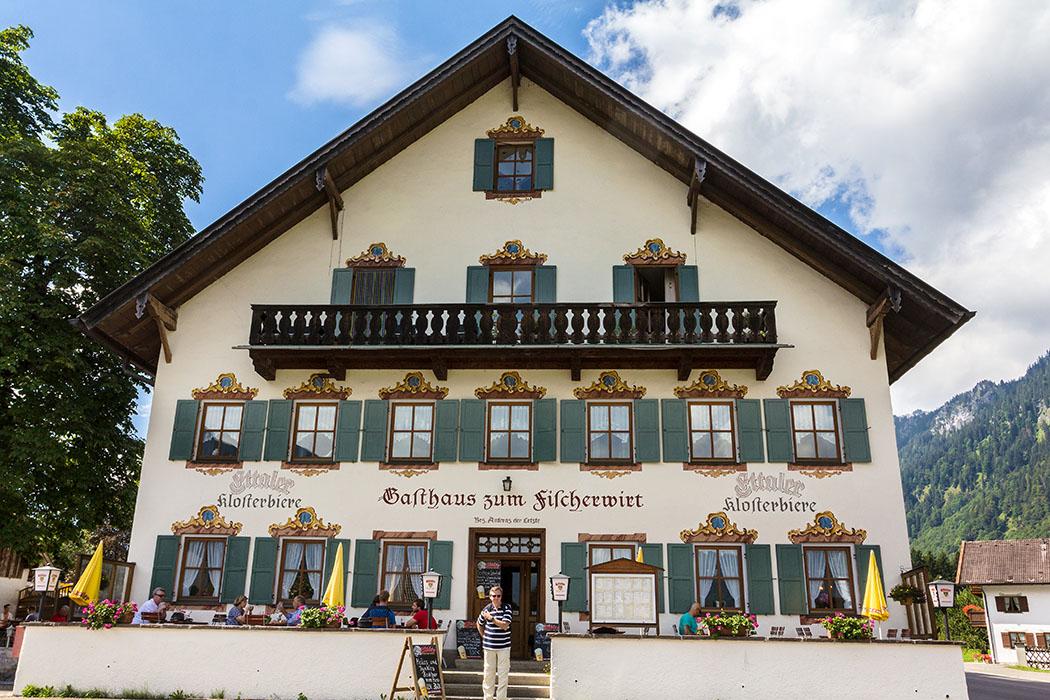 Das Gasthaus zum Fischerwirt in Graswang ist ein zweigeschossiger stattlicher Satteldachbau mit Laube, erbaut um 1870.
