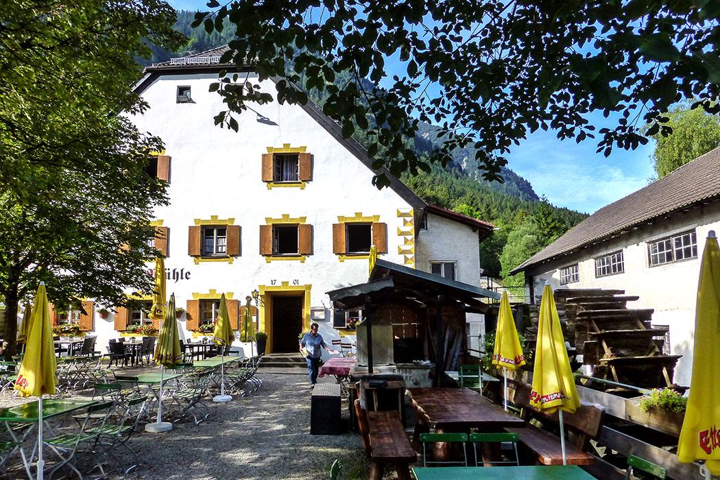 Die Ettaler Mühle mit seinem Biergarten ist ein beliebtes Ausflugsziel zwischen Ettal und SLinderhof und Ausgangspunkt für Wanderer und Bergsteiger. Das Gebäude ist eine ehemalige Wassermühle aus dem Jahr 1701 und steht unter Denkmalschutz.