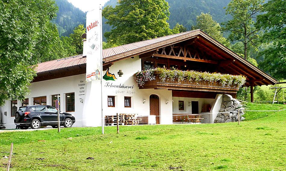 An der Verkaufstheke der Ettaler Schaukäserei Ammergauer Alpen warten Käse, Joghurt und Süßrahmbutter darauf, kurzzeitig in unseren Kühlschrank einzuziehen.