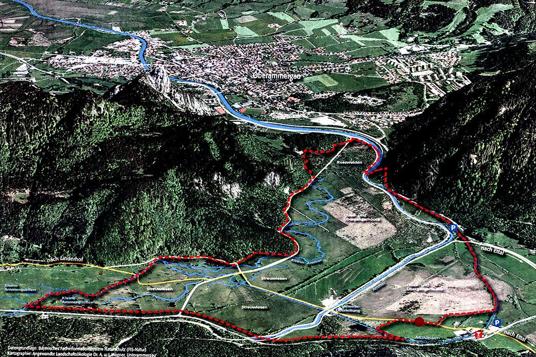 Die Karte zeigt mit der roten Linie die Grenze des Naturschutzgebietes Ettaler Weidmoos an. Wir folgen auf der Wanderung von der Ettaler Mühle (rechts unten) dem gelb markierten Weg in Richtung Schloss Linderhof bis nach Graswang.