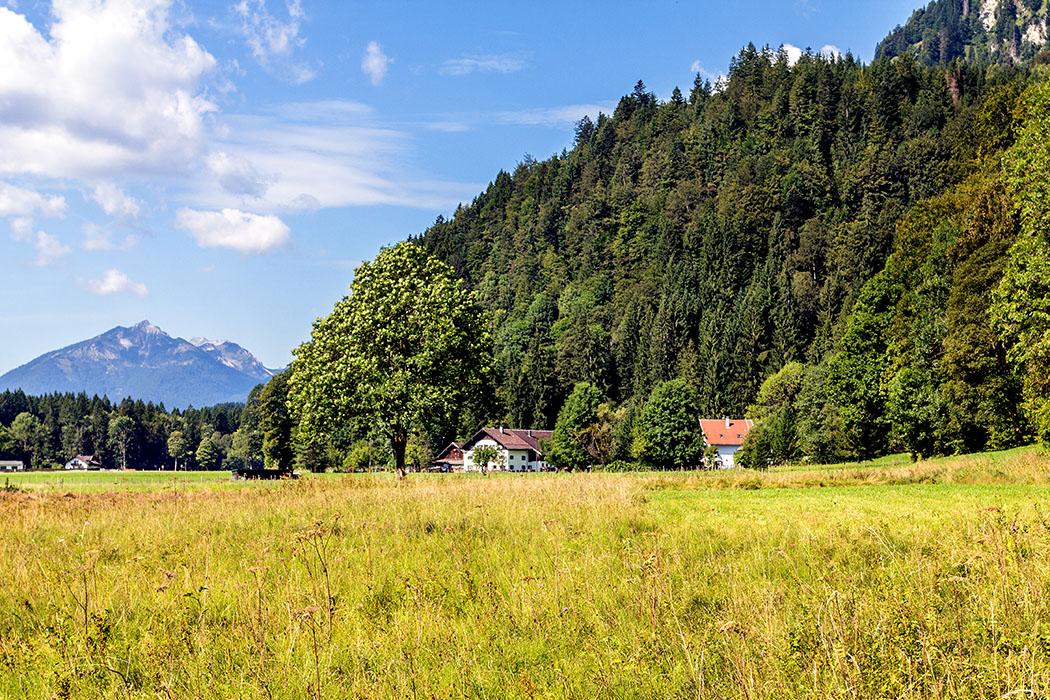 Am Fuß des Sonnenbergs entlang, erreichen wir die Rahmbauernhöfe.