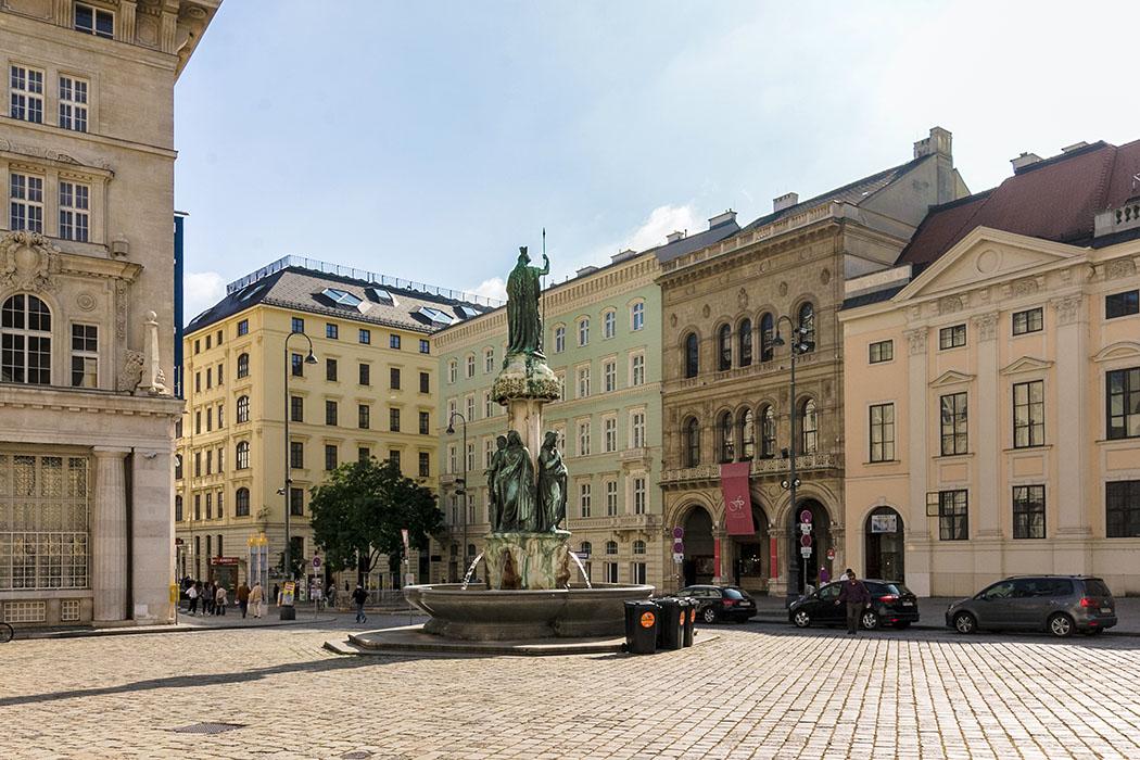 sehenswürdigkeiten von wien freyung-schottenstift-schottenkirche-wien-vienna-oesterreich-austria Die Freyung in Wien ist einer der bekanntesten Plätze der Altstadt. Unser Blick streift ganz links das Kunstforum Wien der Bank Austria. In der Mitte steht der Austriabrunnen, dahinter das Palais Hardegg, rechts davon das Palais Ferstel, daneben das Palais Harrach.
