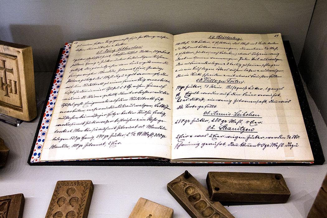 Ein handgeschriebenes Backbuch: Lebkuchen, Blätterteig, Fülle für Torten, Anis-Leibchen und Stranitzen.