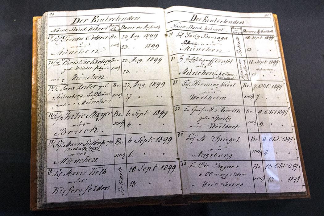 Das Besucherbuch von Beuerberg: Hier wurde Name, Stand, Wohnort und Dauer des Aufenthalts verzeichnet.