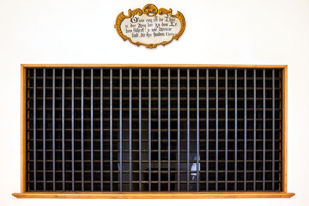 kloster-beuerberg-empfangsraum-trenngitter-eurasburg-wolfratshausen-bayern Nur durch dieses Eisengitter konnten die Schwestern von Beuerberg einst Kontakt mit der Außenwelt pflegen – wenn es notwendig war.