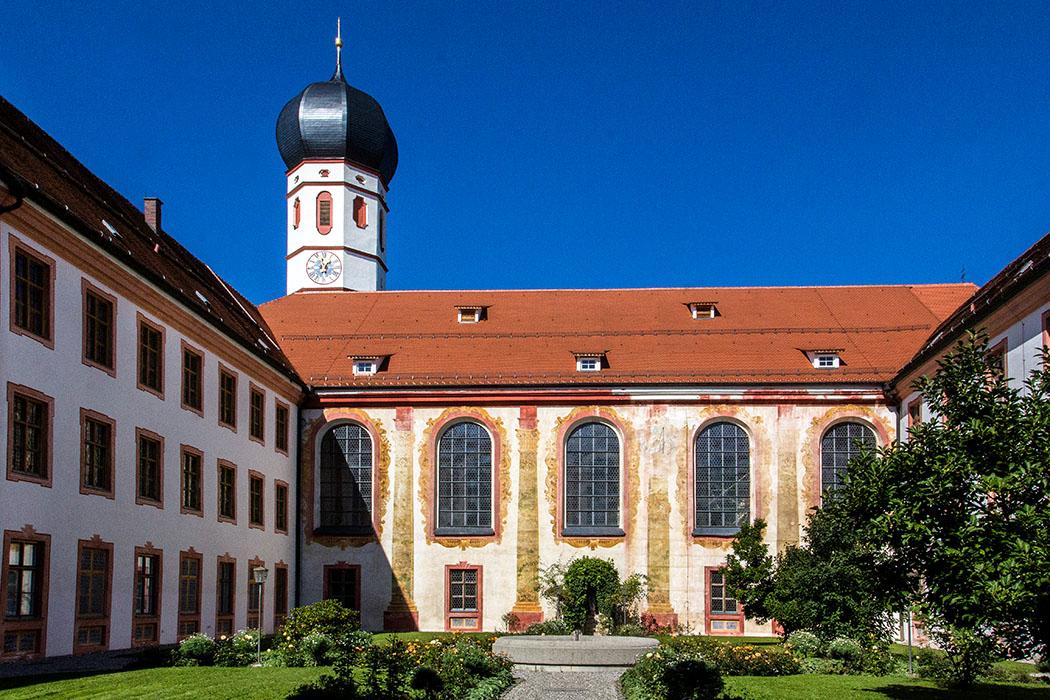 kloster-beuerberg-eurasburg-kreuzhof-wolfratshausen-bayern Nach alten Plänen wurde der Kreuzhof von Beuerberg mit Blumenbeeten neu bepflanzt, in seiner Mitte befindet sich ein Brunnen und die Lourdes-Kapelle.