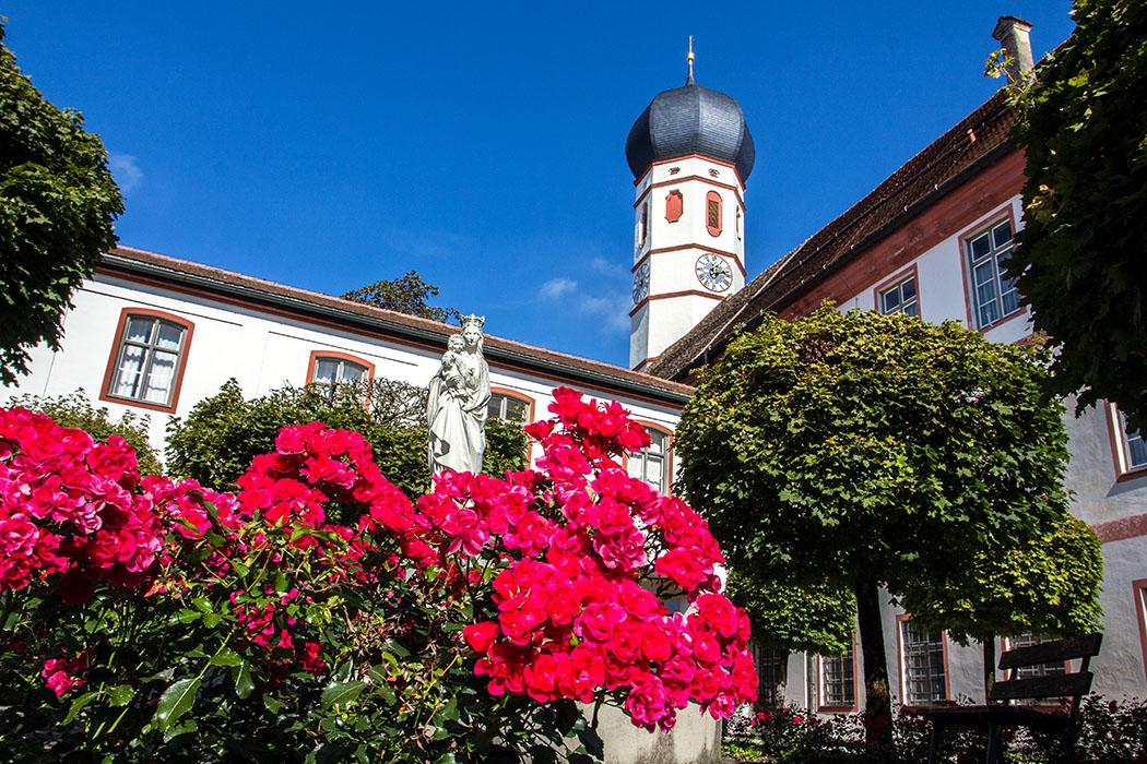 kloster-beuerberg-eurasburg-wolfratshausen-bayern-hof-brunnen-eingang-pforte-titel - Kloster Beuerberg: Eine Klosteranlage wie aus dem Bilderbuch.