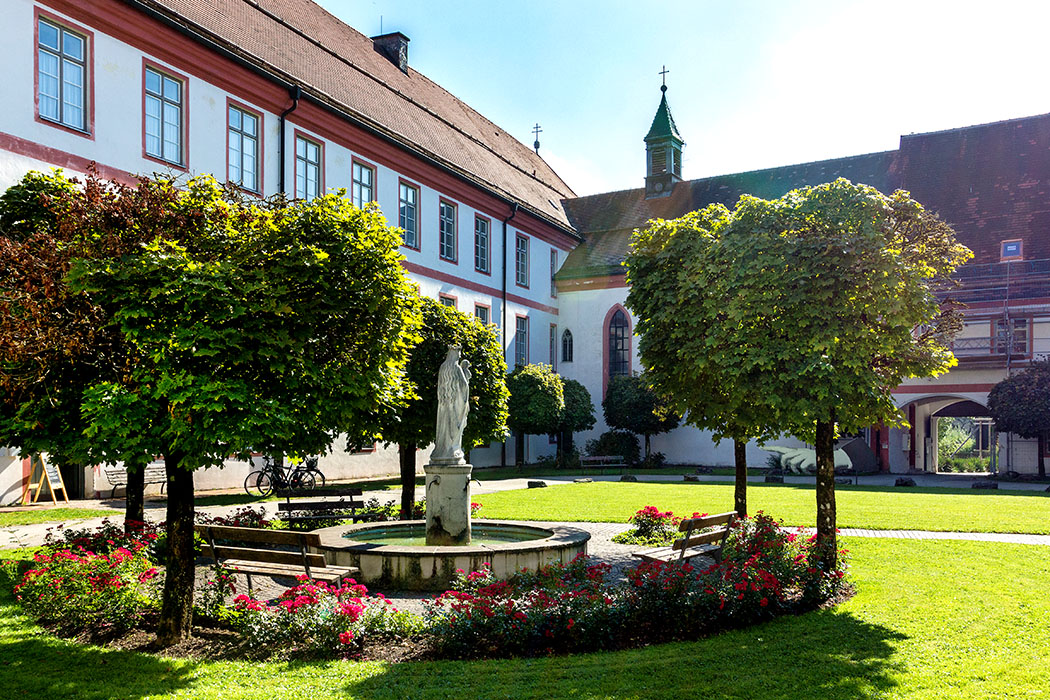 kloster-beuerberg-eurasburg-wolfratshausen-bayern-vorhof Im schönen Vorhof von Kloster Beuerberg laden schattige Bankerl um einen plätschernden Brunnen mit ehrwürdiger Marienstatue zum Entspannen ein.
