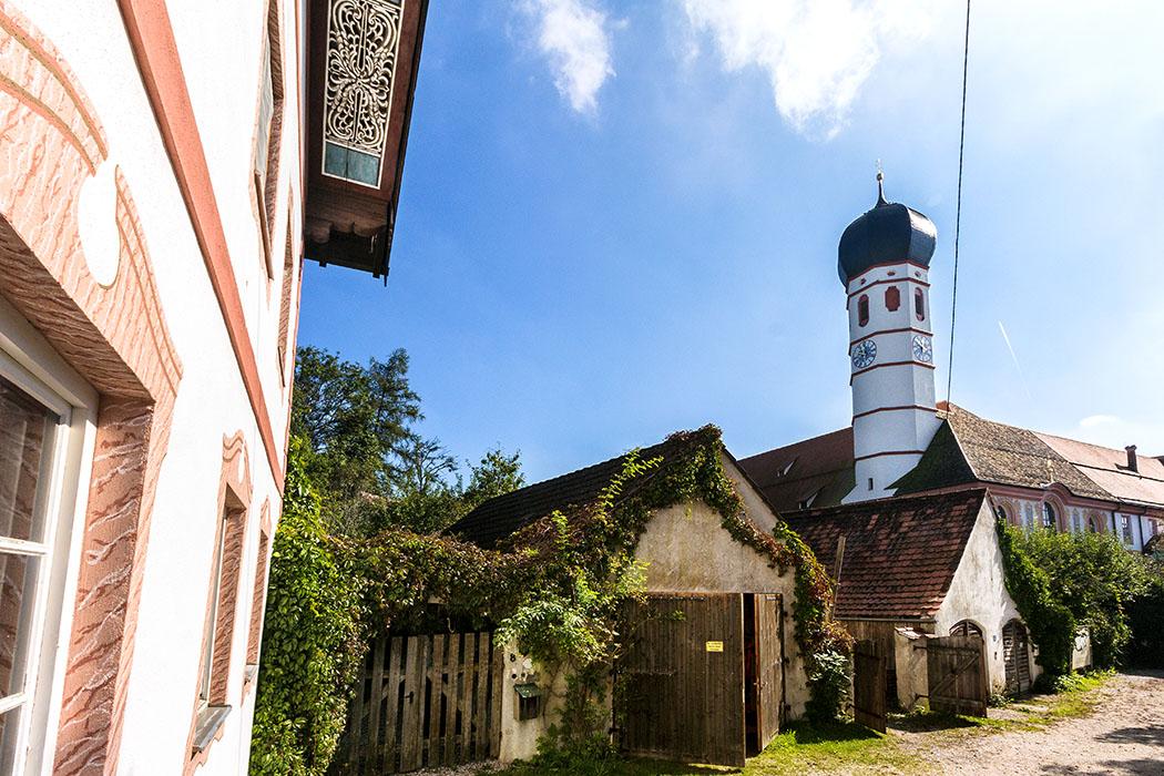 """Blick vom ehemaligen """"Gasthof zur Post"""" zum Hintereingang in der Klosterhof von Beuerberg."""