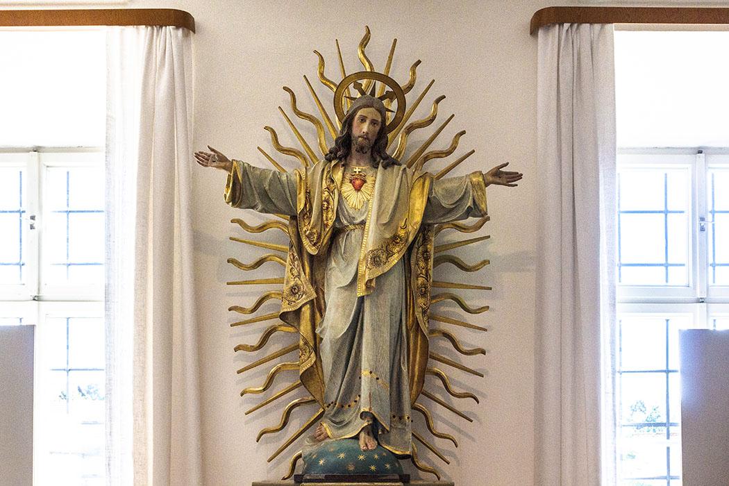 Herz Jesu-Figur: Das rote Herz steht für Liebe, Erbarmen und die Kraft der Hingabe.