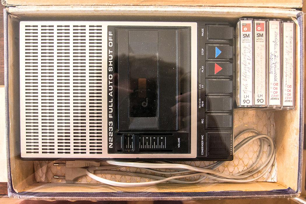 """Funktionstüchtiger Kassettenrekorder aus den 1970er-Jahren. Auf den Kassetten ist keine moderne Musik sondern zb. """"Predigten von Dr. Grünwald, Regensburg""""."""