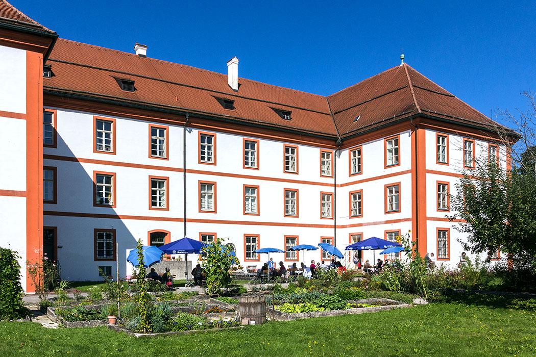 kloster-beuerberg-klostergarten-biergarten-eurasburg-wolfratshausen-bayern Was für ein wundervoller Platz für eine Klosterwirtschaft! Malerisch sitzen die Gäste neben den Gemüse- und Kräuterbeeten von Kloster Beuerberg.