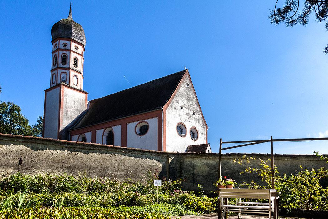 kloster-beuerberg-klostergarten-friedhofskirche-eurasburg-wolfratshausen-bayern Nahe der Klostermauer und der Marienkirche haben sich die Schwestern einen verträumten Sitzplatz eingerichtet.